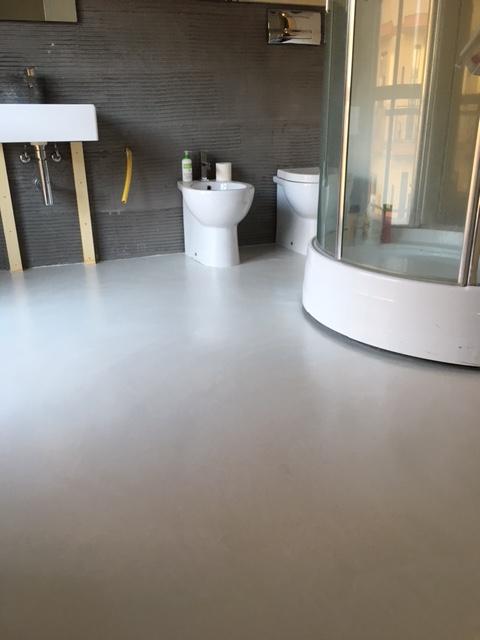 Pavimenti e rivestimenti soggiorno e bagno con vasca in - Rivestimenti bagno resina ...