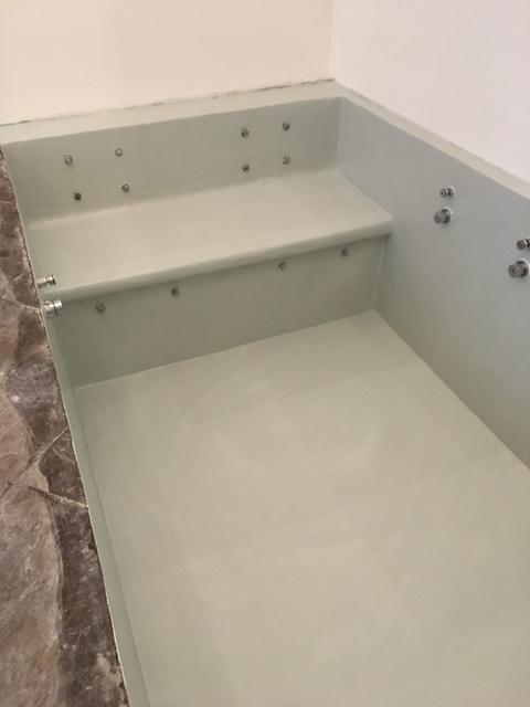 Pavimenti e rivestimenti soggiorno e bagno con vasca in - Vasca da bagno in resina ...